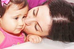 dziecko całowanie jej matka Obraz Stock