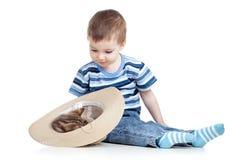 Dziecko chłopiec bawić się z figlarką Obraz Stock