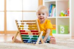 Dziecko chłopiec bawić się z kontuarem Fotografia Stock