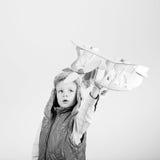 Dziecko chłopiec bawić się z papier zabawki samolotem i marzy becomi Zdjęcie Stock
