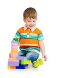Dziecko chłopiec bawić się z zabawkami nad białym tłem obraz stock