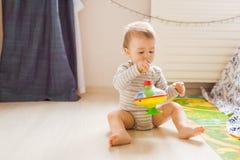 Dziecko chłopiec berbeć bawić się z zabawką indoors Obrazy Stock