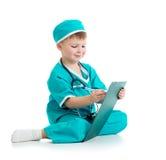 Dziecko mundurował jako doktorski writing schowek odizolowywający dalej Obrazy Stock