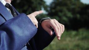 Dziecko chłopiec w garnituru use mądrze zegarku na ulicie Zamyka w górę strzału zdjęcie wideo