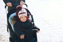 Dziecko chłopiec wydatków zimy wakacje z rodziną w Cesky Krumlov Zdjęcia Stock