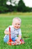 Dziecko chłopiec z czerwonym samochodem Zdjęcie Royalty Free
