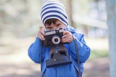 Dziecko, chłopiec z kamerą obrazy stock