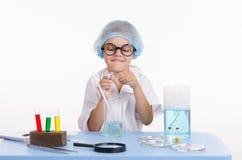 Dziecko chemik otwiera kolbę z odczynnikiem zdjęcie royalty free