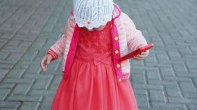 dziecko chodzi w parku zbiory