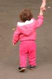 Dziecko chwyta spacery w parku z jego matką i ręki fotografia stock