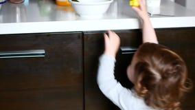 Dziecko ciągnie zabawkę i ciągnie z stołu zbiory wideo