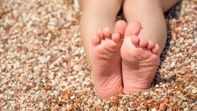 Dziecko cieki na otoczak plaży fotografia royalty free
