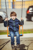 Dziecko cieszy się na huśtawce, wiosna outdoors Obrazy Royalty Free