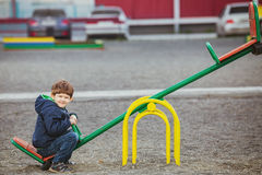 Dziecko cieszy się na huśtawce, wiosna outdoors Zdjęcie Stock