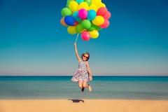 Dziecko cieszy się wakacje przy morzem obrazy stock