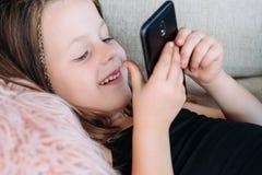 Dziecko czasu wolnego rozrywki uśmiechu dziewczyny sztuki telefon zdjęcia stock
