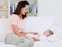dziecko czułość jej matka obrazy stock