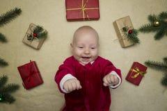 Dziecko czuje szczęśliwego otaczającego boże narodzenie prezentami obrazy stock