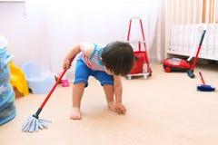 Dziecko czyści jego pokój Zdjęcia Royalty Free