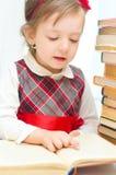 Dziecko czyta książkę indoors Zdjęcia Stock