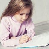 Dziecko czytelnicza książka Zdjęcie Royalty Free