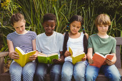Dziecko czytelnicze książki przy parkiem Fotografia Royalty Free