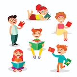 Dziecko czytelnicze książki ustawiają wektorowe ilustracje w płaskim projekcie Szczęśliwe dziewczyny i chłopiec z książkami odizo ilustracji