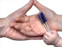 Dziecko daje kluczom rodzic ręki obrazy royalty free