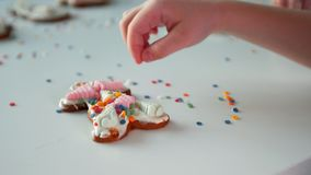 Dziecko dekoruje bożych narodzeń ciastka zdjęcie wideo