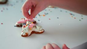 Dziecko dekoruje bożych narodzeń ciastka zbiory wideo