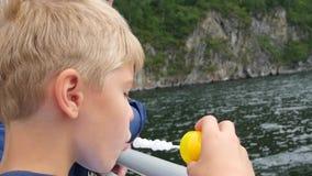 Dziecko dmucha mydlanych bąble blisko wody zdjęcie wideo
