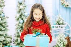 Dziecko dostać wielkiego prezenta pudełko i raduje się Pojęcie nowy rok, Ja Zdjęcia Stock