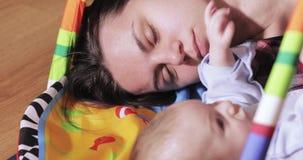 Dziecko dotyka mamy twarz zbiory