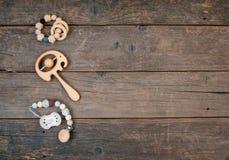 Dziecko drewniany pacyfikator, beanbag i teether na nieociosanym drewnianym tle, obrazy royalty free