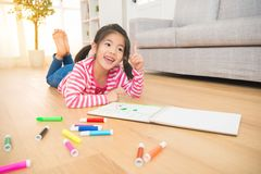 Dziecko dzieciaków marzyć dostać niektóre nowego pomysł zdjęcie royalty free