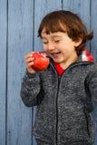 Dziecko dzieciaka łasowania jesieni jabłczany owocowy uśmiechnięty plenerowy spadek zdrowy Zdjęcie Stock