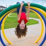 Dziecko dzieciaka dziewczyna do góry nogami na parkuje pierścionek fotografia stock