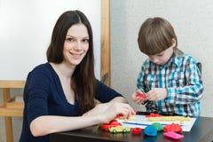 Dziecko dzieciaka matka i chłopiec bawić się kolorową glinę Zdjęcie Stock