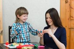 Dziecko dzieciaka matka i chłopiec bawić się kolorową glinę Zdjęcia Royalty Free