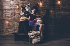 Dziecko dziewczyn kostiumów czarownicy z baniami i fundami w Obrazy Stock