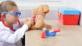 Dziecko dziewczyna bawić się lekarkę zdjęcie wideo