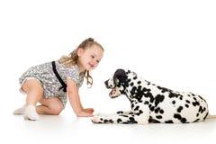 Dziecko dziewczyna bawić się z psem zdjęcie stock