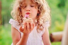 Dziecko dziewczyna bawić się z solankowym ciasto tortem dekorował z kwiatem Obraz Stock