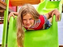 Dziecko dziewczyna do góry nogami na boisku Fotografia Royalty Free