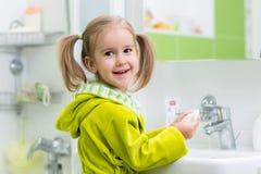 Dziecko dziewczyna myje ona ręki ochrania od zarazków obraz stock