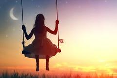 Dziecko dziewczyna na huśtawce zdjęcia royalty free