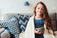 dziecko dziewczyna pije gorącej herbaty odzyskiwać od grypy zdjęcia stock