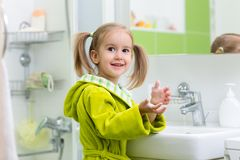 Dziecko dziewczyna pokazuje mydlaste ręki fotografia royalty free