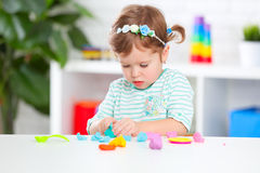 Dziecko dziewczyna sculpts od gliny Fotografia Stock