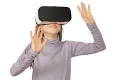 Dziecko dziewczyna używa rzeczywistość wirtualna gogle, odizolowywającego na bielu zdjęcia royalty free